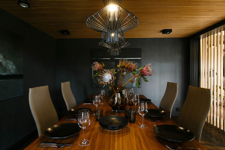 Ciemny salon z jadalną. Piękny skórzany szezlong.Design z najwyższej półki.