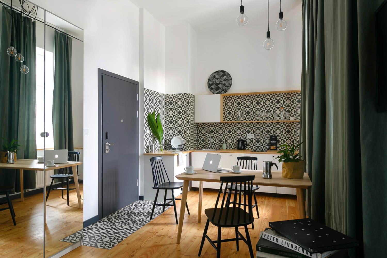 Mieszkanie urządzone minimalistycznie. Czarno-bała kuchnia