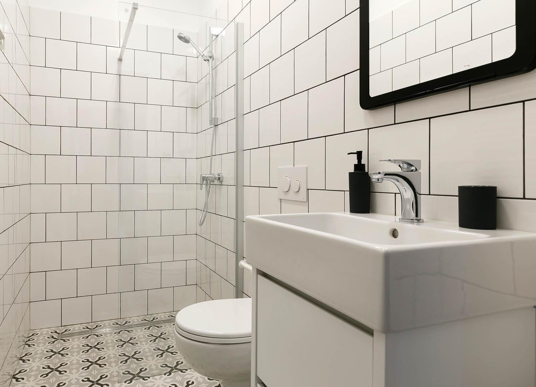 Prosta czarno-biała łazienka.