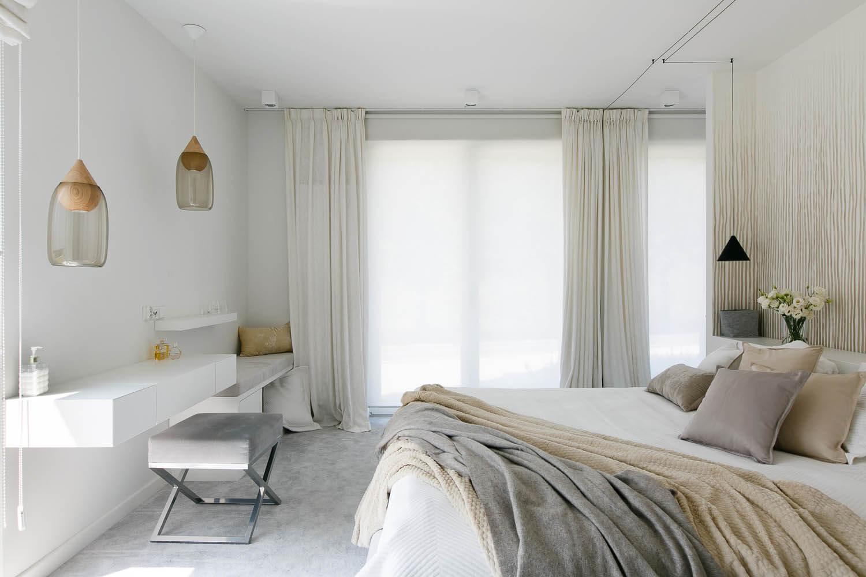 Przytulna, biało-szara sypialnia projektowana przez architektów. Jasne wnętrze mieszkania na Czarodziejskiej.