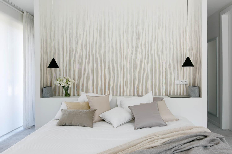 Duże, komfortowe łóżku w jasnych barwach. Mnóstwo poduszek.