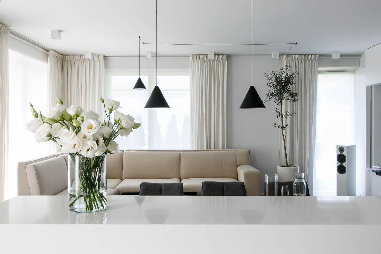 Biało-czarne eleganckie wnętrze mieszkania na Czarodziejskiej w Krakowie