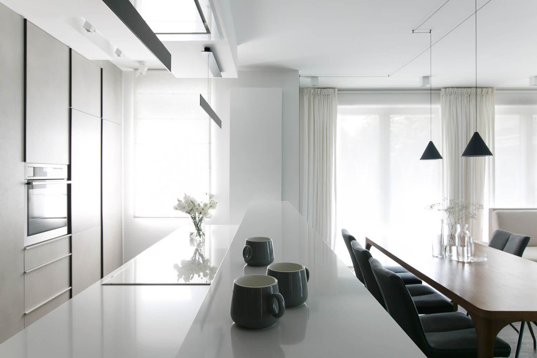 Biała kuchnia, białe ściany, białe zasłony. Jasne wnętrze w Krakowie