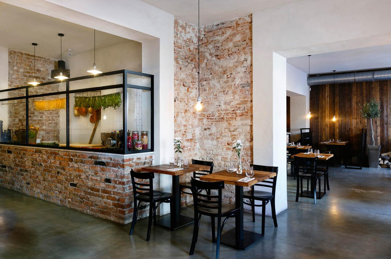 Wnętrze włoskiej restauracji. Świeży makaron suszy się na sznurze.