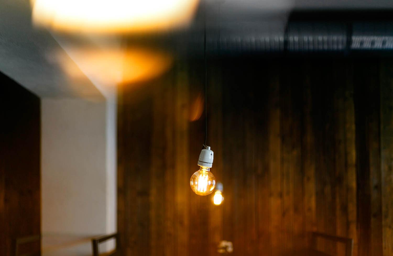 Żarówka zwisa z sufitu we wnętrzu włoskiej restauracji