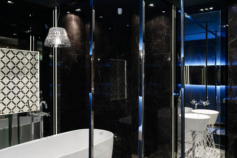 Luksusowa czarno-biała łazienka zaprojektowana z użyciem płytek firmy Atlas Concorde, kolekcja Marvel.