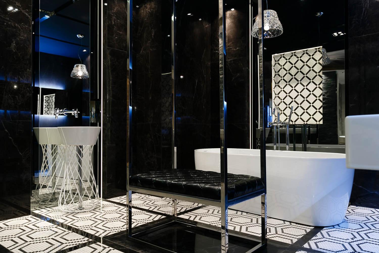 Piękna elegacka czarno-biała łazienka na ekspozycji w max fliz w Krakowie