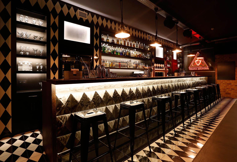 Długi, ekskluzywny bar pubu w Krakowie. Bar jak szachownica.