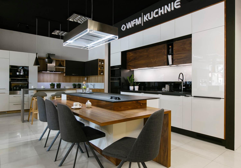 Zdjęcie kuchni z ekspozycji krakowskiej firmy WFM. Kuchnia biało-brązowa z lakierowanymi frontami.