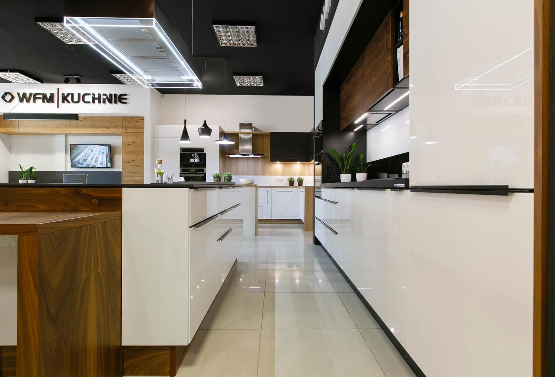 Kuchnia z ekspozycji firmy WFM. Lakierowane fronty, brązowe elementy, lakierowane fronty.
