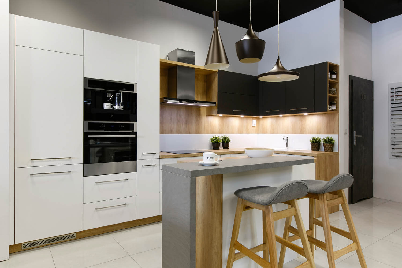 Zdjęcie kuchni z ekspozycji krakowskiej firmy WFM, produkującej meble kuchenne.